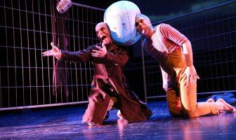 """Espectacle """"99%"""" de la companyia Teatre de l'Enjòlit. Foto: Bohumil Kostohryz"""