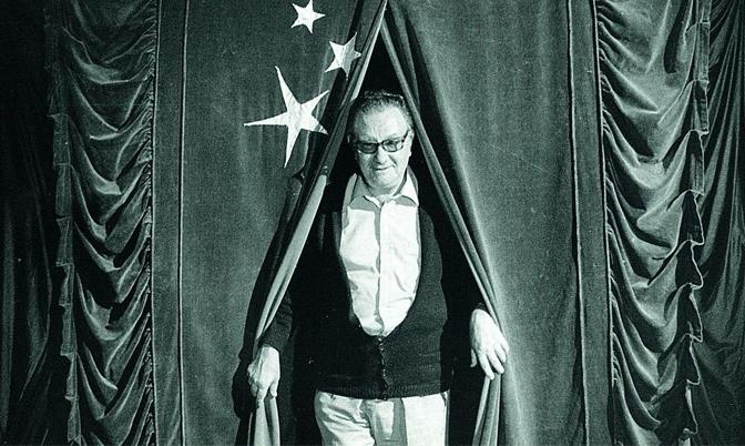 Joan Brossa al rodatge del film 'Màgia a Catalunya' de Manuel Cussó-Ferrer (1983). Foto: Jaume Maymó