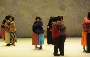 Dancing Grandmothers' de Eun-Me Ahn