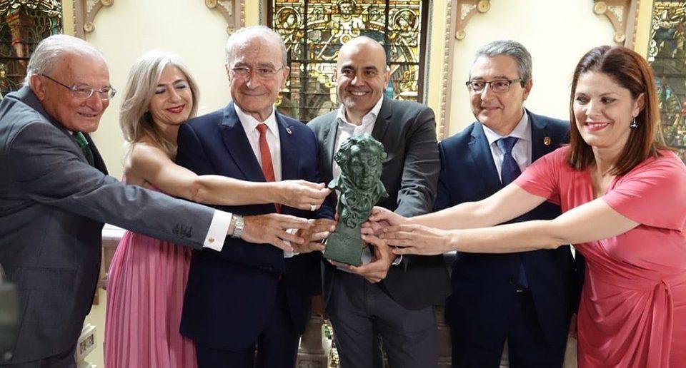 Els organitzadors dels Premis Goya 2020 amb l'estatueta